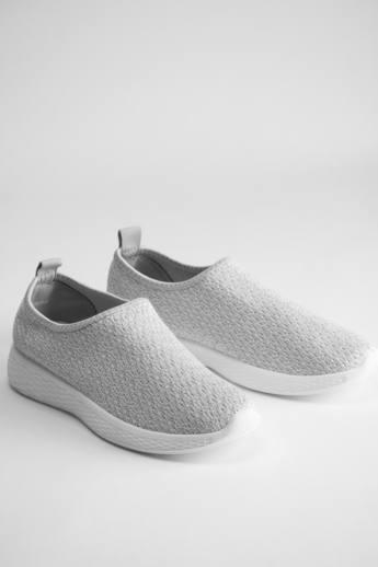 Az egyszerű kialakítású slip on cipő